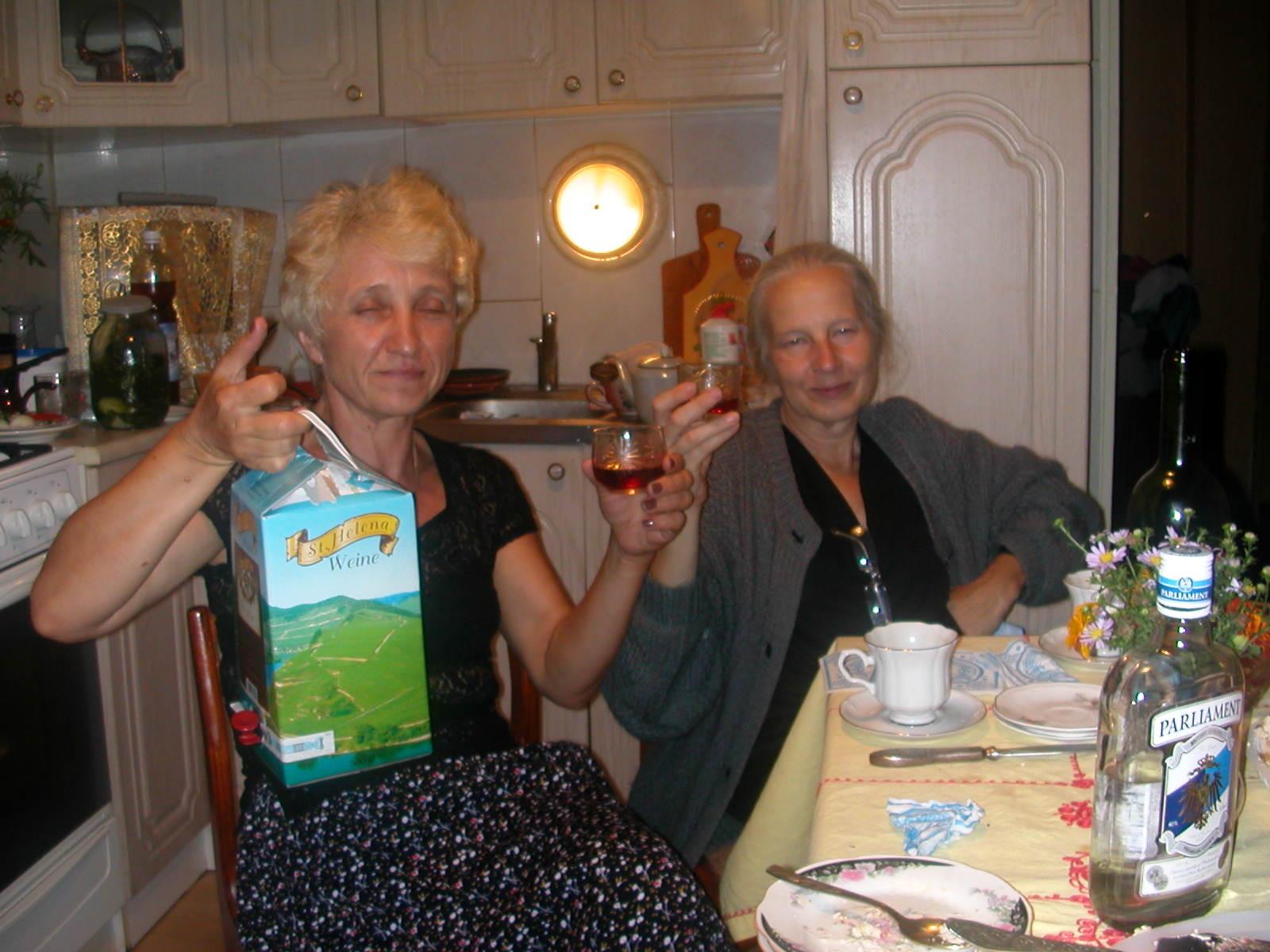 Wein aus der Packung, aber aus den Flaschen gab es ihn auch  (Lina und Nadja)