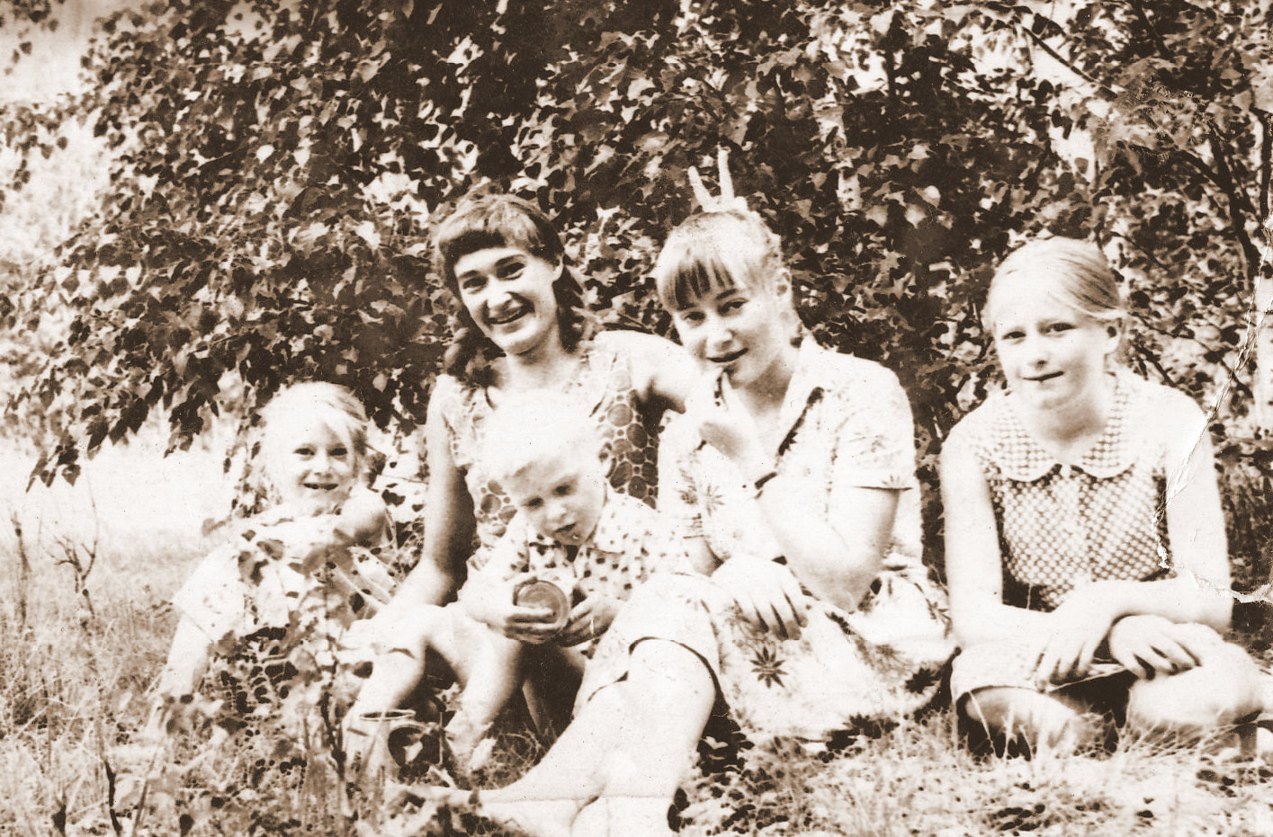Vier Schwestern auf einer Waldlichtung. Ich bin ganz rechts, mitdabei  auf dem Foto der kleine Sohn meiner Schwester Aneta.