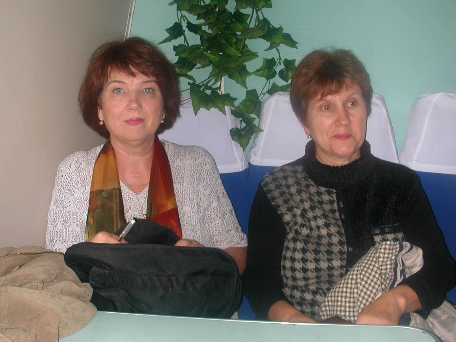 Galina und Olga noch hellwach und auf das Kloster gespannt