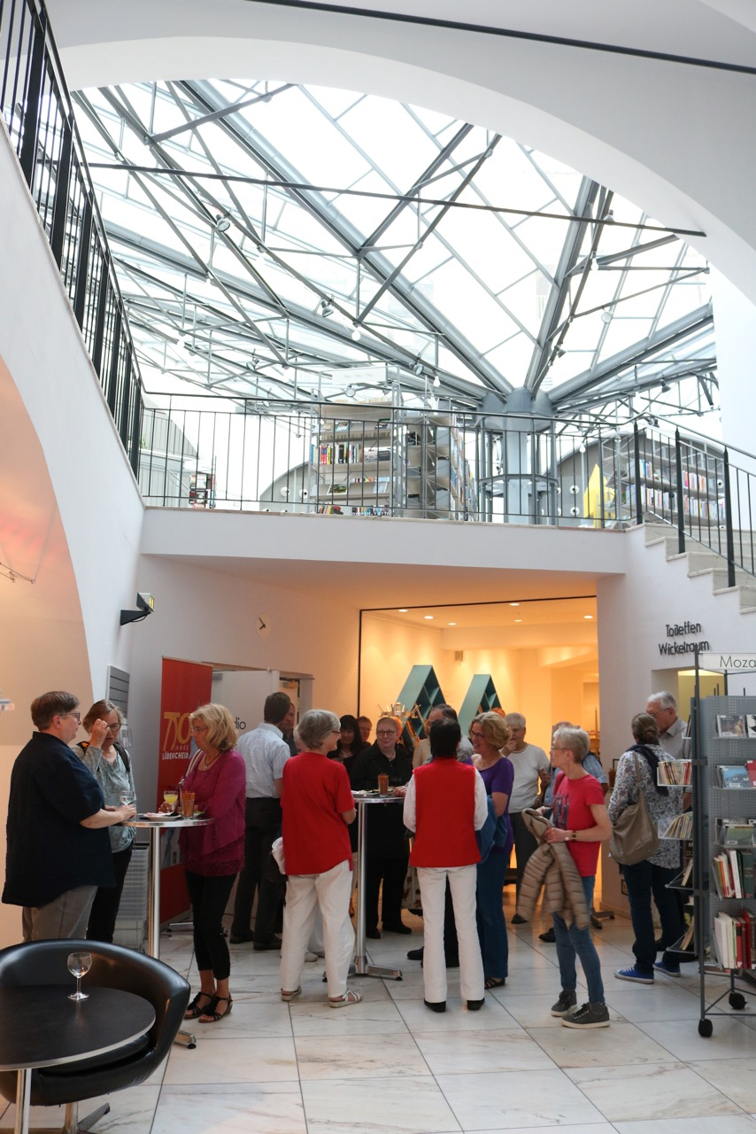 Offene Lesebühne für Hobbyautoren in der Stadtbücherei Lüdenscheid. In der Pause. Foto: Sarah Lorencic