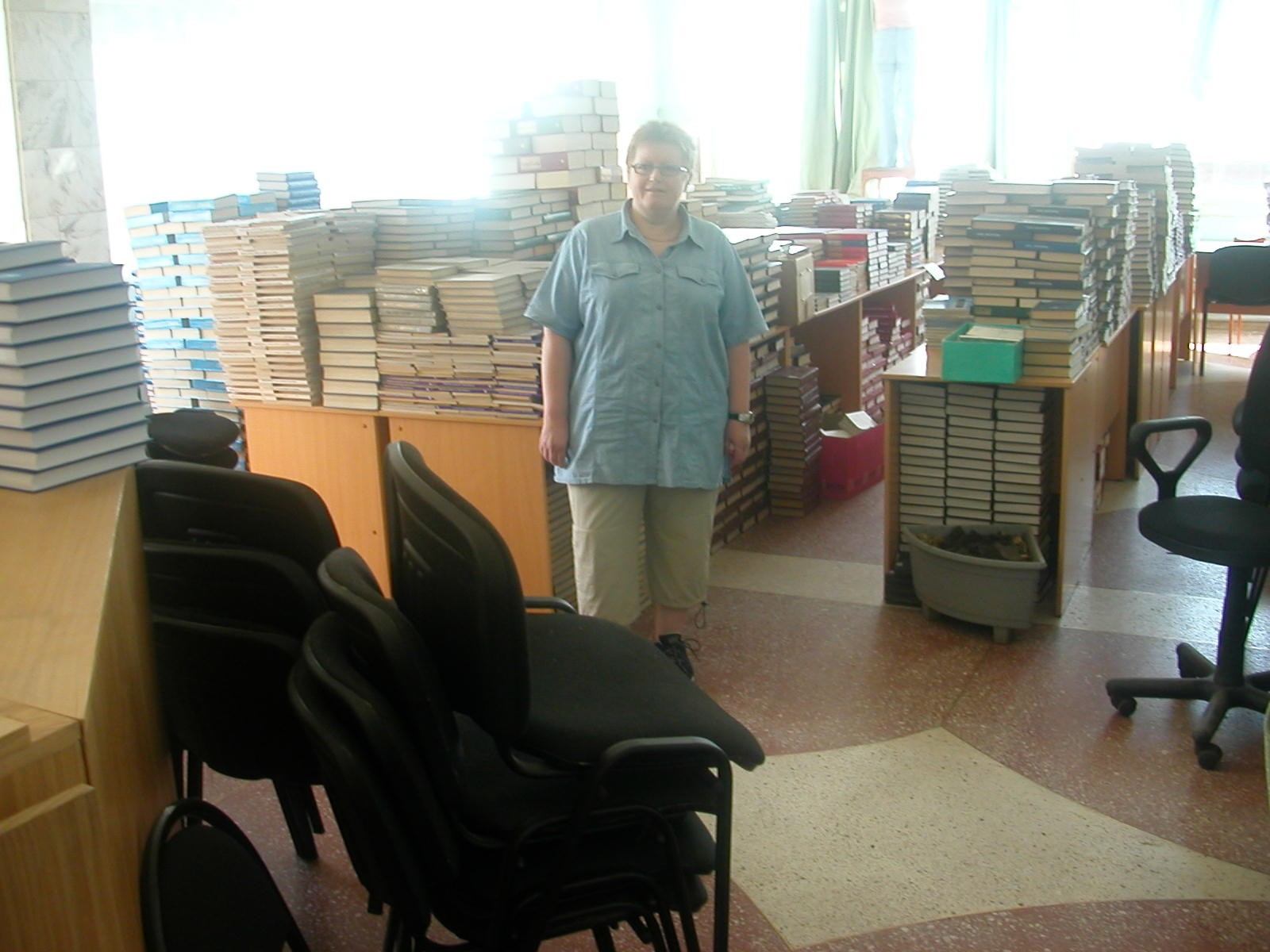 Die Bibliothek war gerade für Besucher geschlossen (Semester-Ferien) und es stappelten sich überall Lehrbücher, die noch bearbeitet und eingeräumt werden mussten.