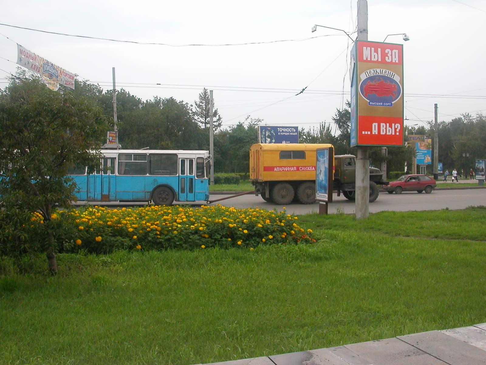 Ein Bus wird gerade abgeschleppt