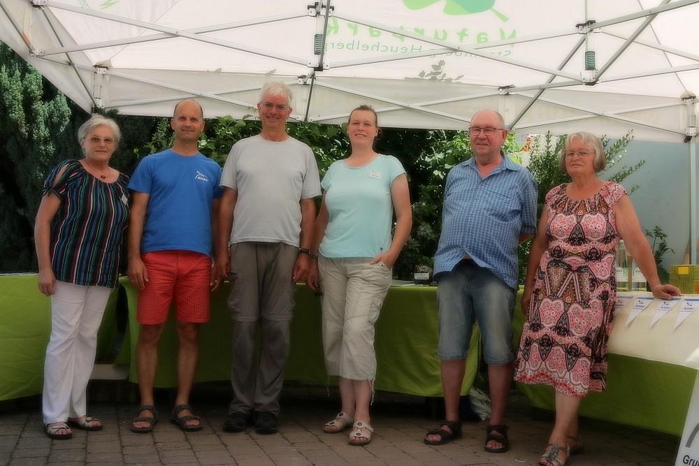 Das NABU-Team (Irma Schneider, Martin Buck, Christoph Kaup, Andrea Hanstein, Werner Böhm und die Gartenbesitzerin Frau Grotz)