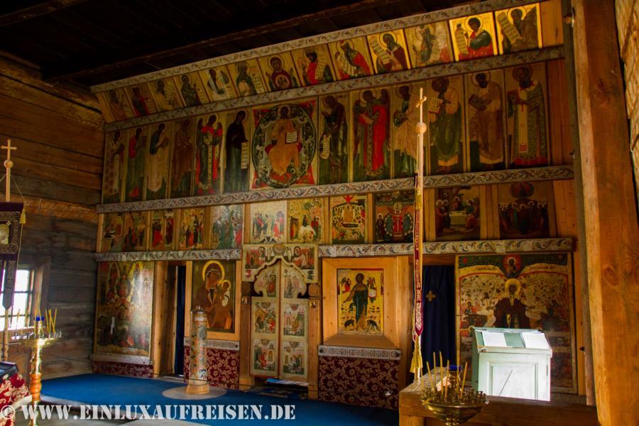 Innenraum einer kleineren Holzkirche