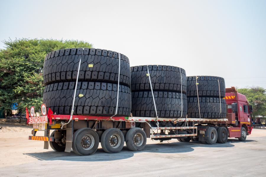 Lastwagen mit Reifen für Minenfahrzeuge