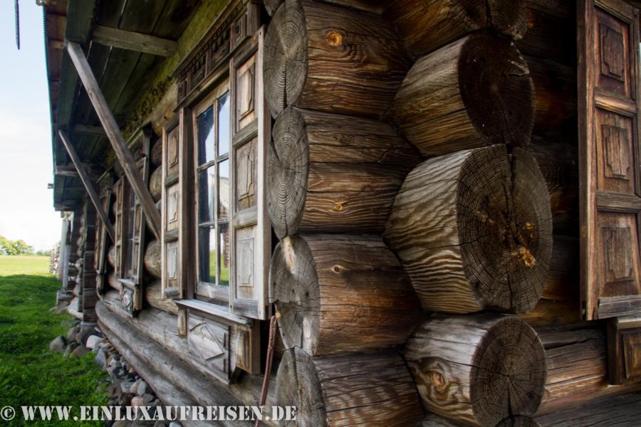 Eines der Holzhäuser im Freilichtmuseum Kizhi