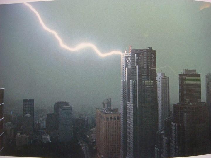 impacto de rayo en edificio alto