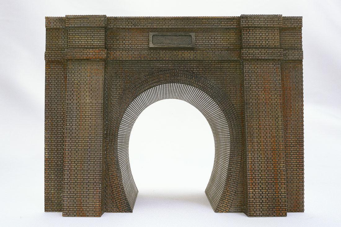 レンガ積みトンネルポータルです。凹凸のあるレンガなので塗装やウェザリングも思いのままです。