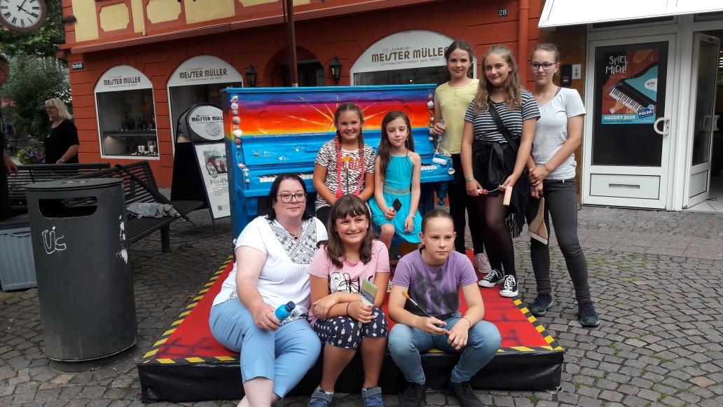 """Der Kinder- und Jugendmalkurs, entwarf und realisierte ein Kreativkonzept für ein Klavier der """"Spiel mich"""" Aktion des City Marketing Fulda."""