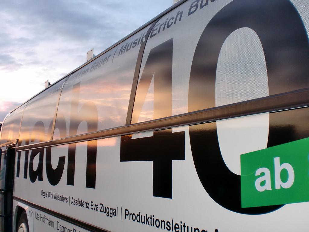 unser bus im abendlicht