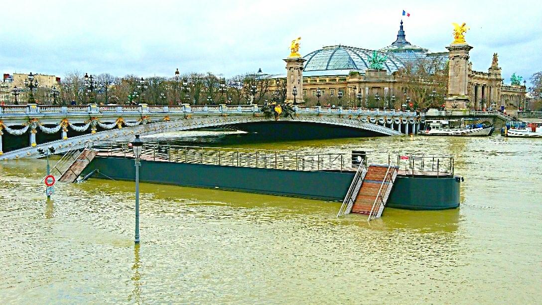 💦 Acqua alta a Parigi ☔️