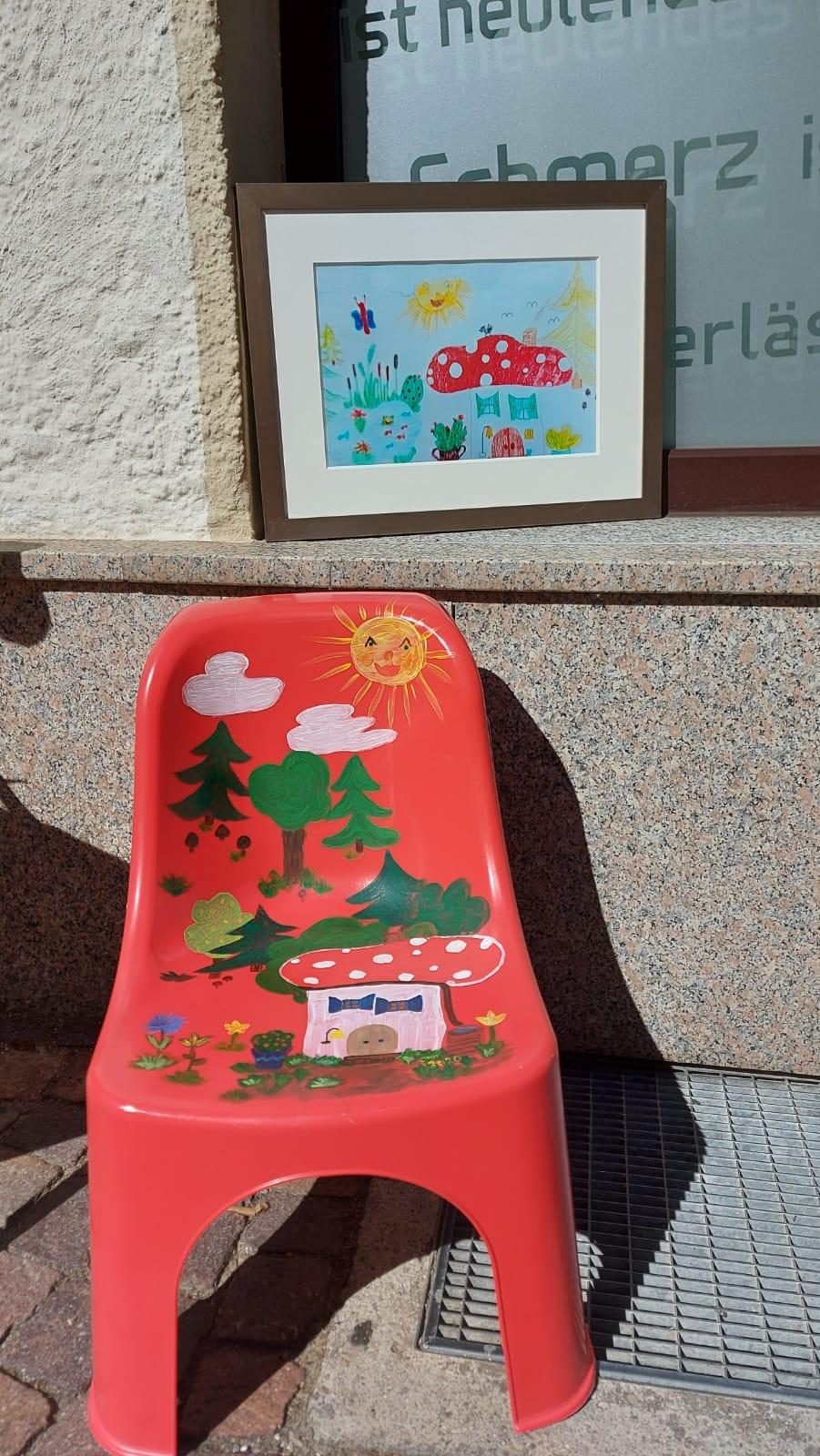 Hier die Werke von Claudia Neumüller. Der Stuhl blieb nicht lange unbesetzt.