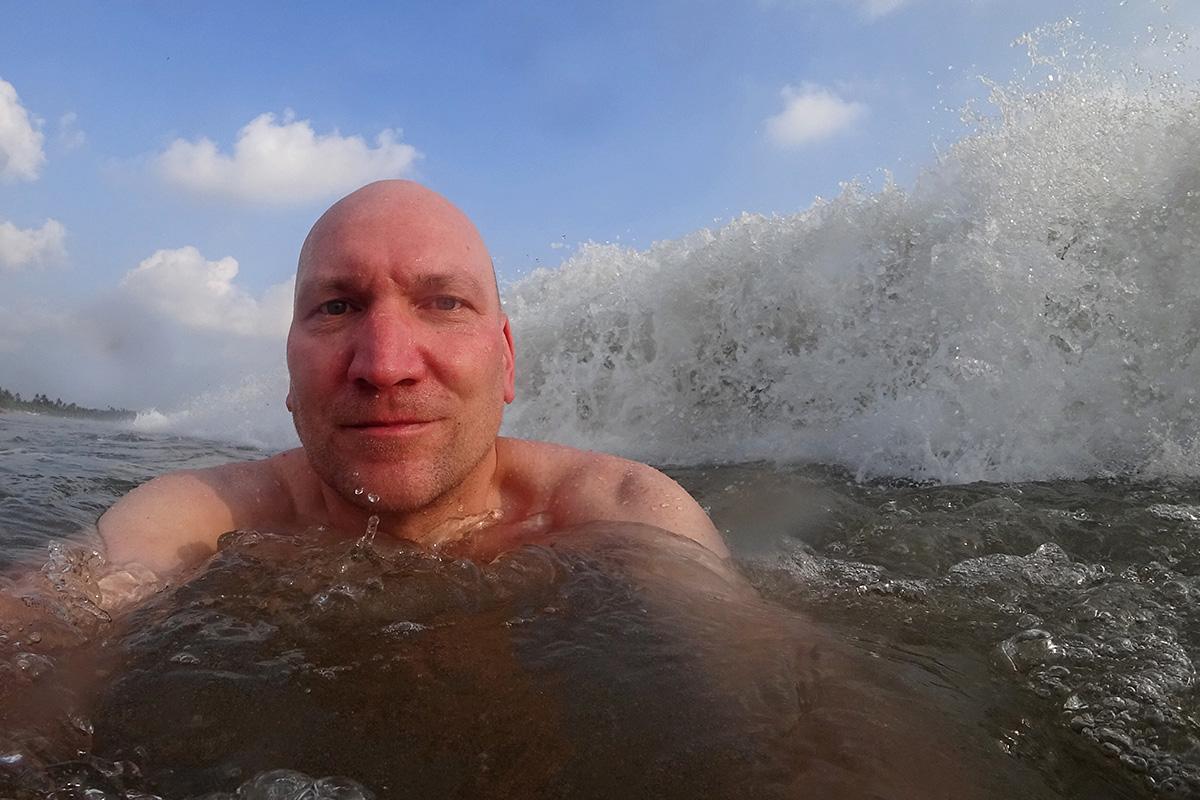 Erfrischendes Bad im Meer in Weligama