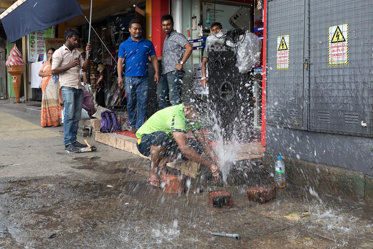 Klempner in Kandy - man beachte den Starkstromkasten rechts...