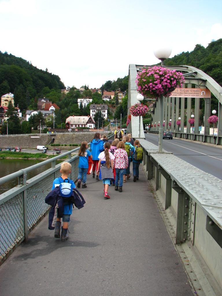 Wir laufen zum Bahnhof