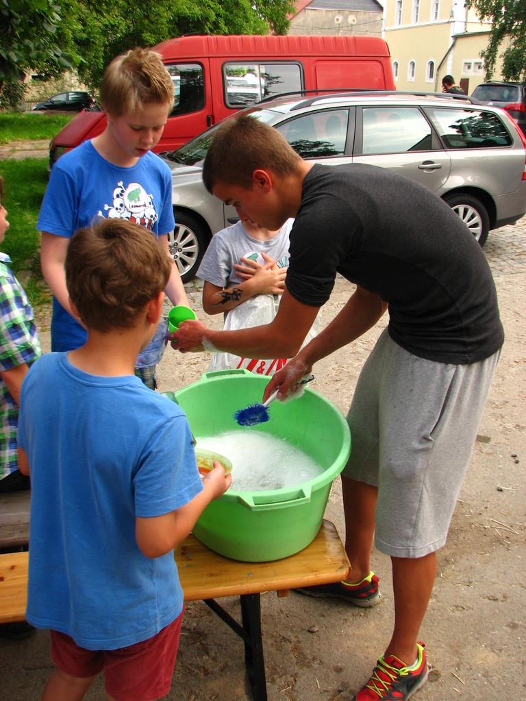 Ehrenamtliche Helfer spülen Ökologisch das Geschirr.