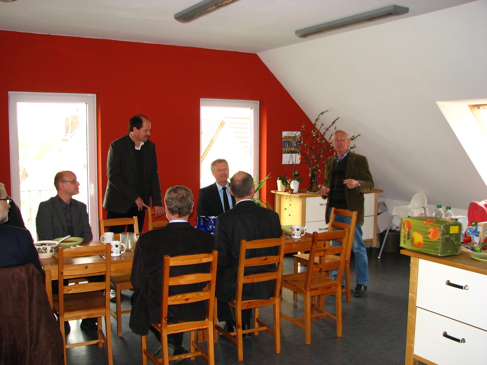 Herr René Hermann und Herr Dr. Probst begrüßen die Gäste