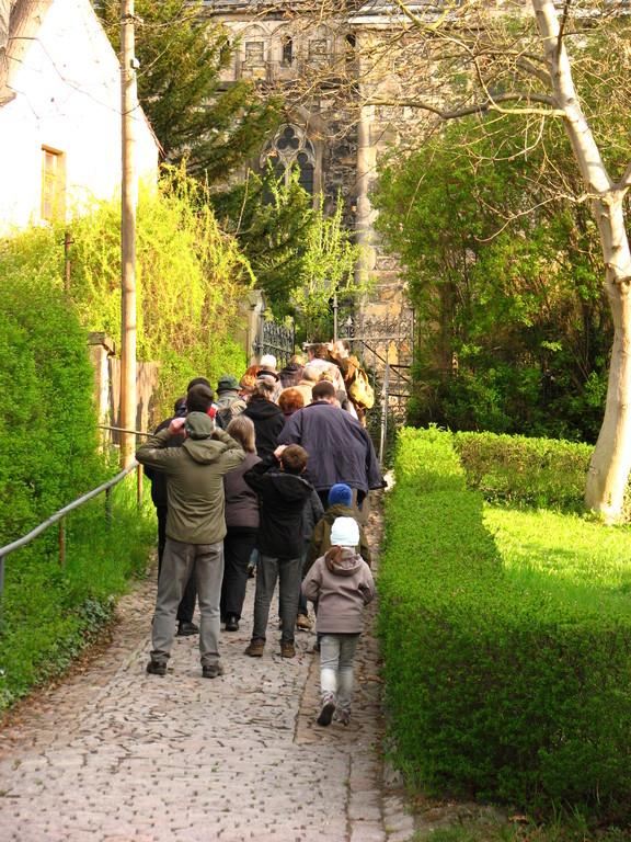 Der kleine Aufstieg zur Kirche