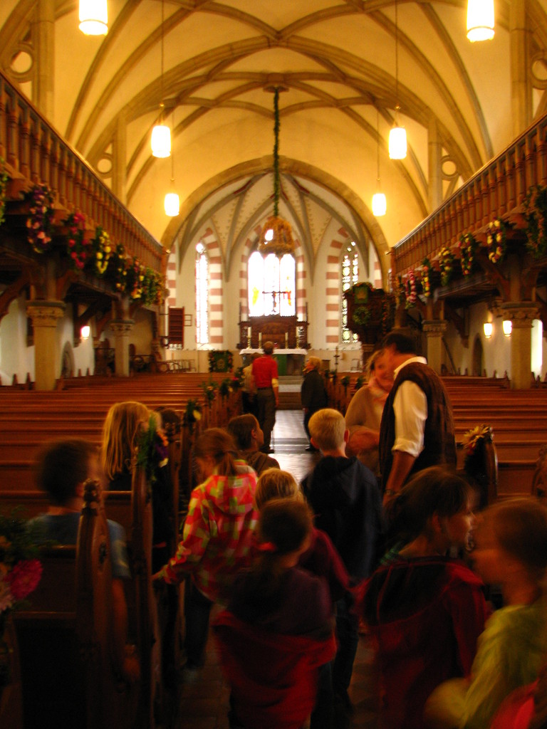 Kirchenbesuch, staunen über die Arbeit der Blumenfrauen