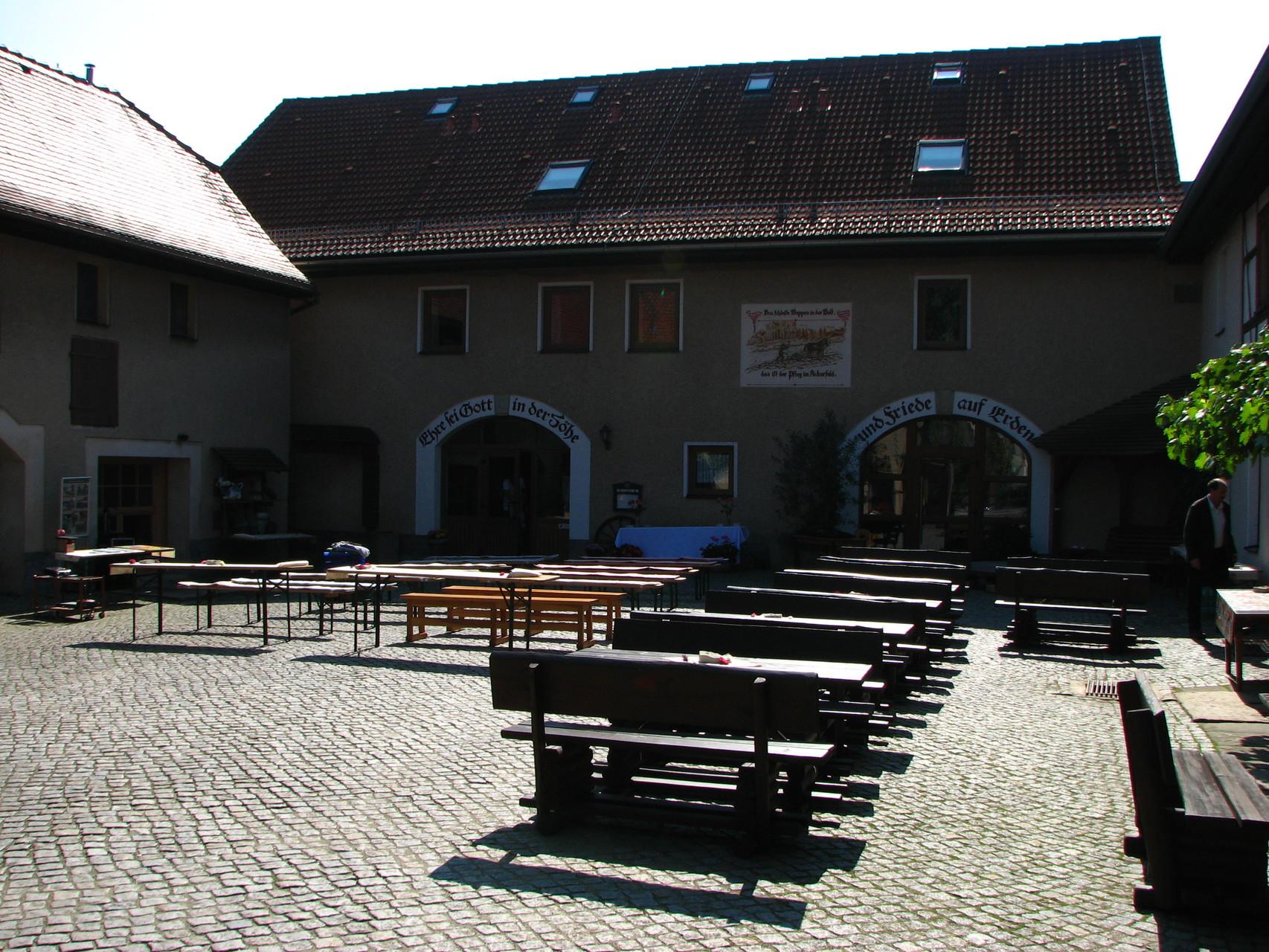 Der Hof in Merbitz, leuchtend im Sonnenlicht.