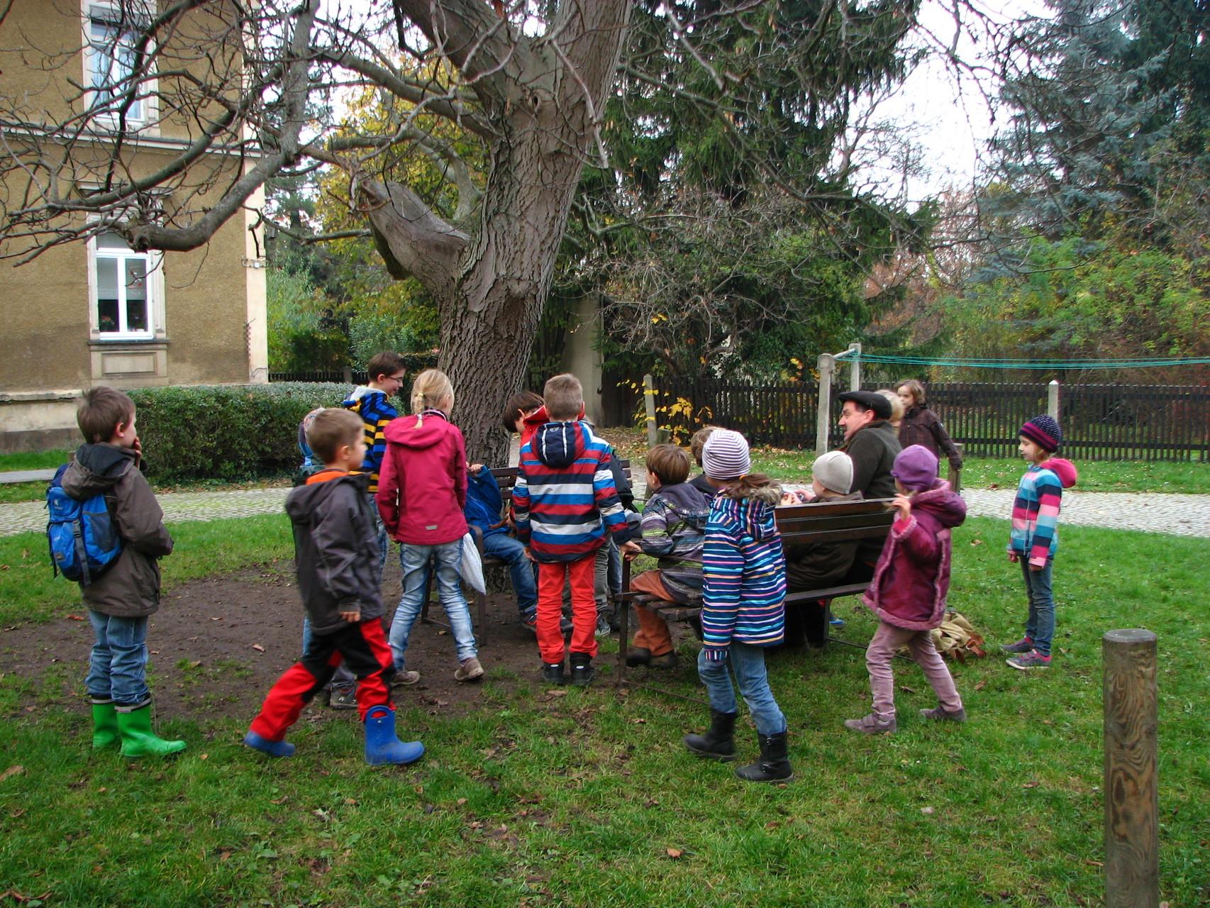 Die Kinder rücken Bänke