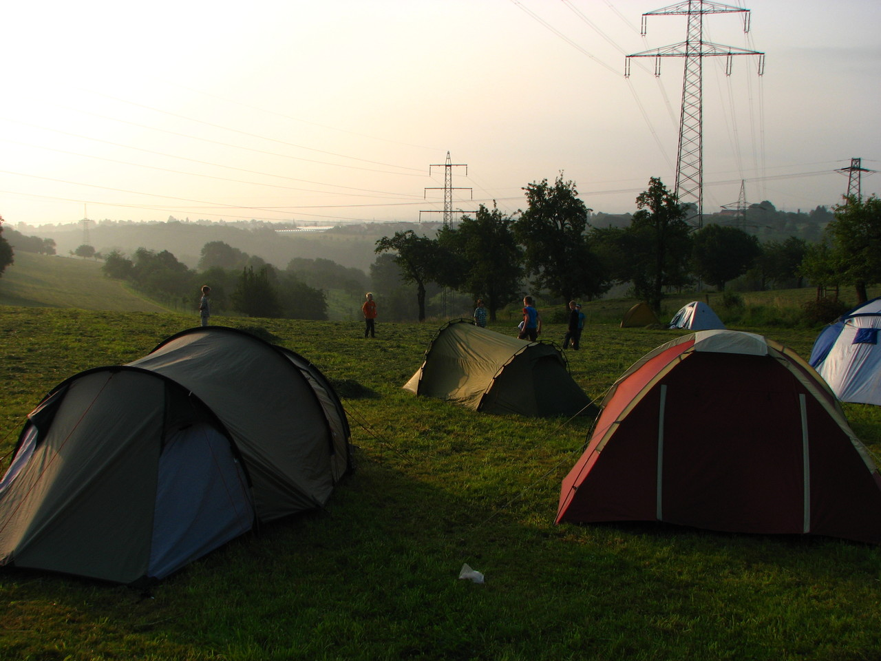 Das Zeltlager im Nebel.