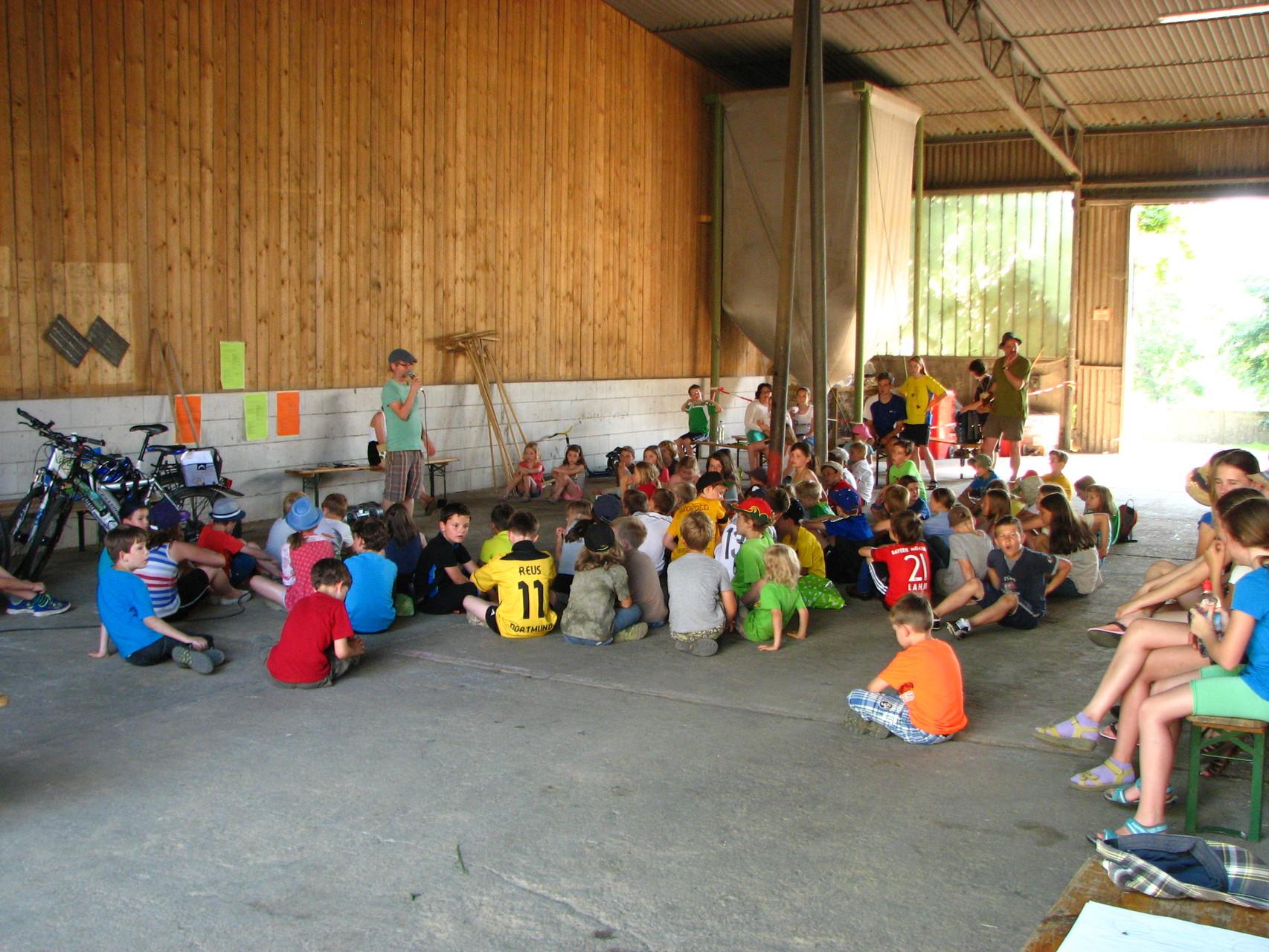 Sammeln in der Tracktorenhalle