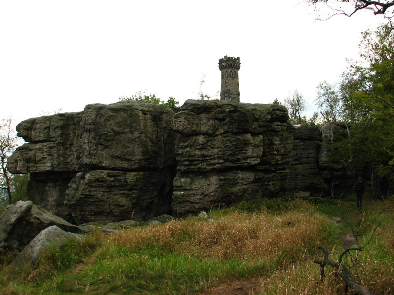 Der Turm hinter dem Stein