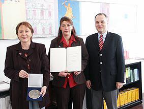 Bei einem Empfang im Rathaus von Rastatt am Montag, 16. März 2004, dankte der Oberbürgermeister dem Verein auch im Namen des Gemeinderates für seine wichtige soziale und kulturelle Arbeit in Rastatt.     Uschi Böss-Walter und Iris Fürst, Vertreterinnen de