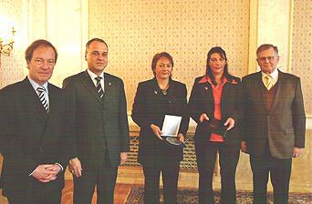 Preisverleihung am 13. März 2004 Innenminister Dr. Thomas Schäuble, Oberbürgermeister von Rastatt Klaus-Eckhard Walker, Uschi Böss-Walter und Iris Fürst (Vertreterinnen des Feuervogel e. V.) und Ministerpräsident Erwin Teufel (von links nach rechts)