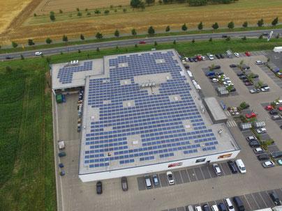 Photovoltaikmodule in Ost-West Ausrichtung auf einem Supermarkt in Mittelfranken © iKratos