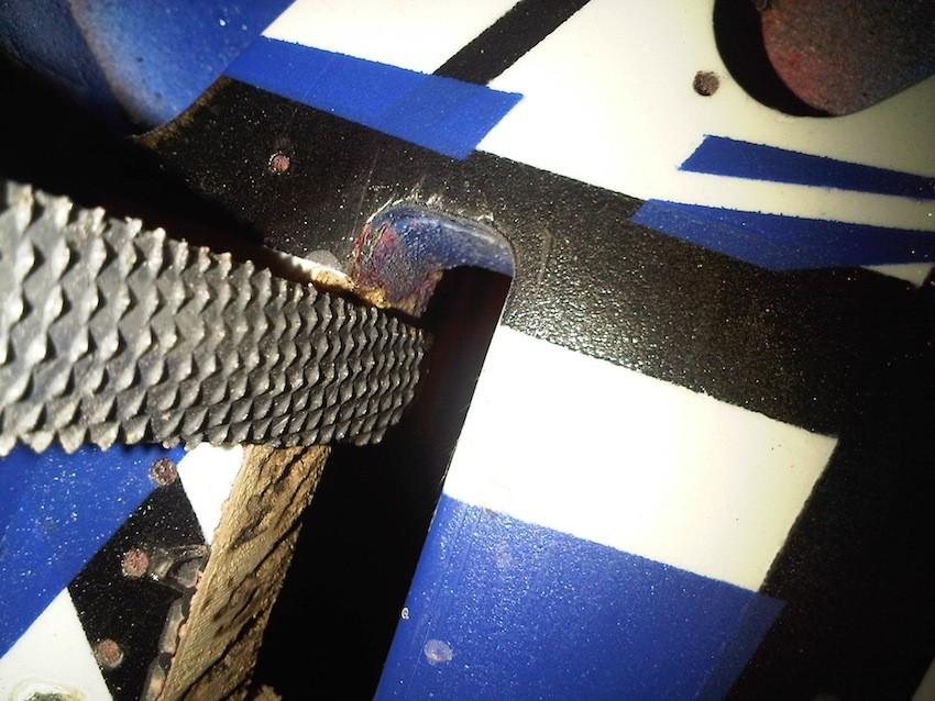 Fräsung für den Tremoloblock erweitern. Feile rustikal...