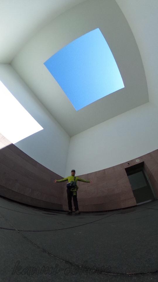 白い壁から四角い空