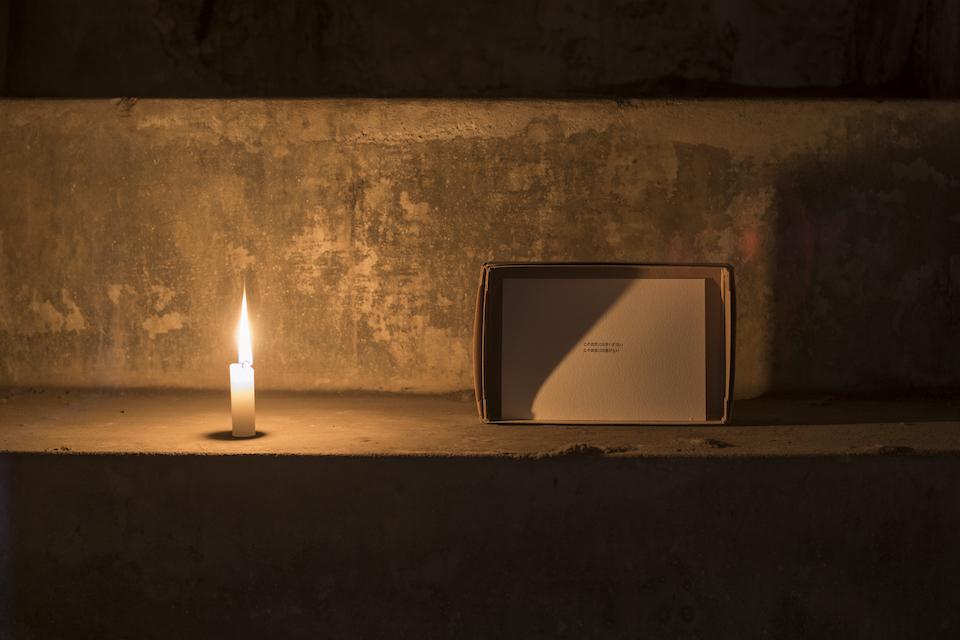 「この空間には争いがない/この部屋には壁がない」と書かれたカード 展示風景《2015》《2016》2017年