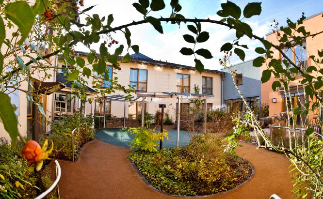 Der Innenhof: ein kleines grünes Paradies