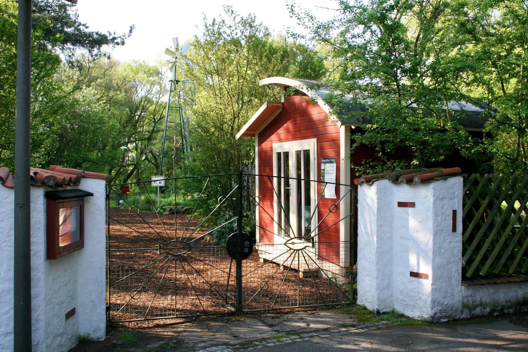 Die Info-Hütte im Morgenlicht