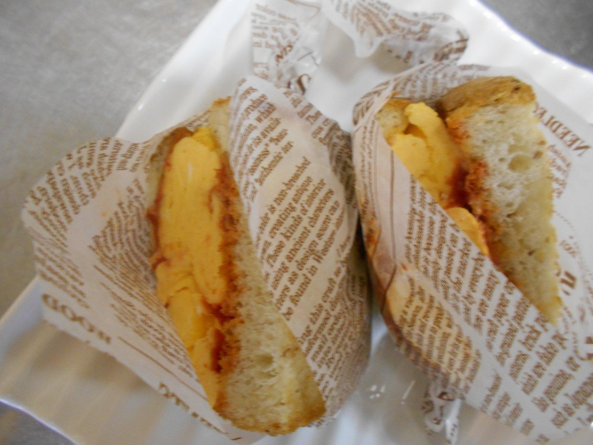 ライ麦パンに厚切り卵焼きを挟んで4切りにしています。