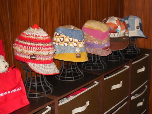 あるお客さんの部屋!まるでギャラリーではないですか!ninguru帽子をインテリアに活かして飾っていただいてます!