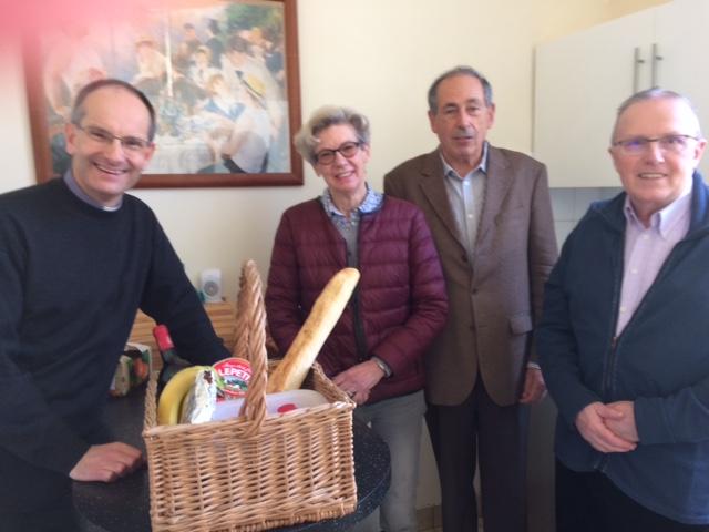Curé , Vicaire et paroissiens - Neuilly (92)