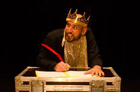 Le roi est un gros nigaud, il ne sait même pas lire, on peut lui faire signer n'importe quoi