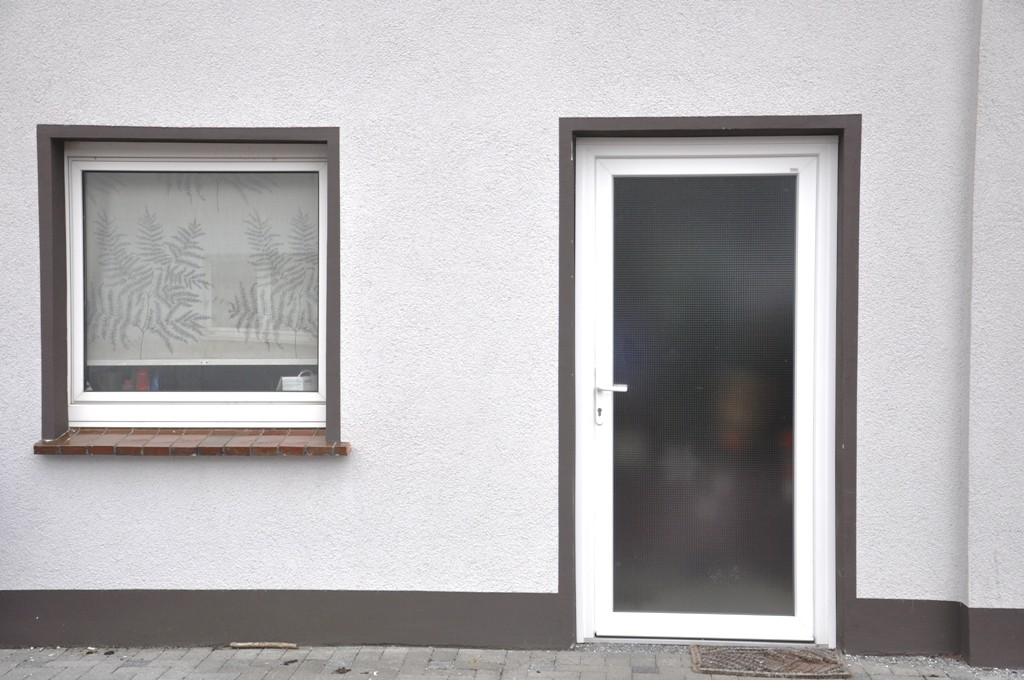 Kunststoff Nebentür mit Fenster in einem Abstellraum