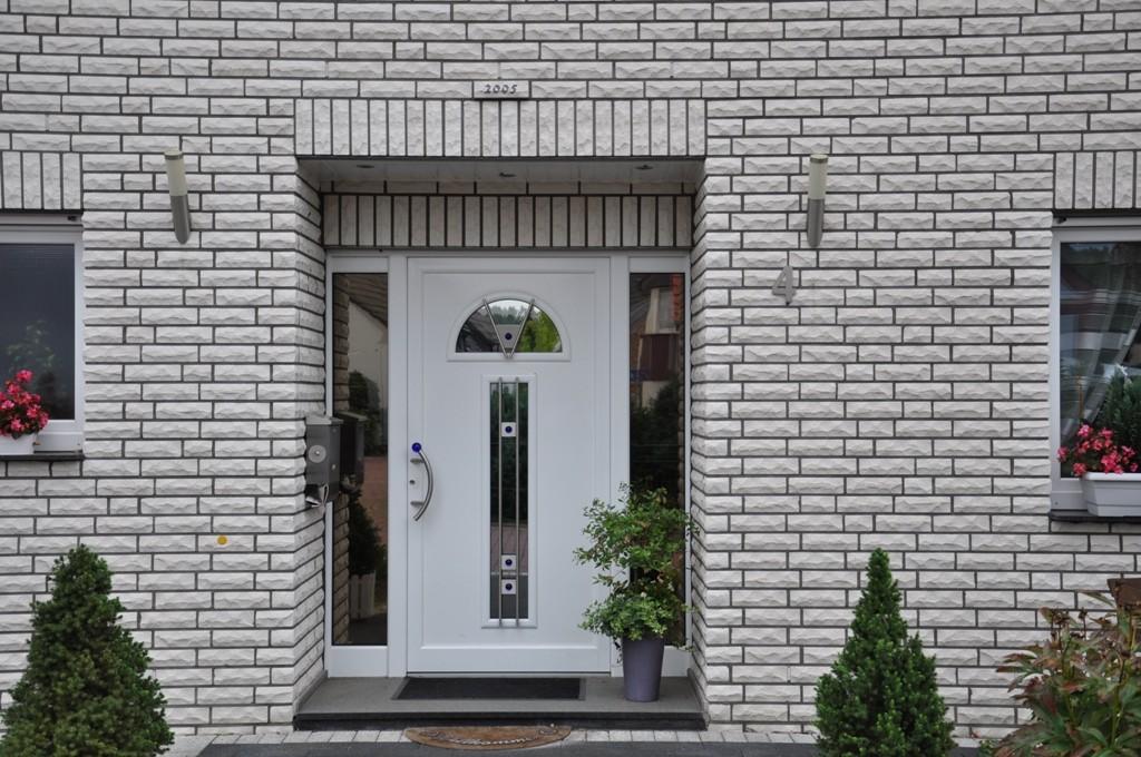 Kunststoff Haustür mit zwei Seitenteilen mit Glas