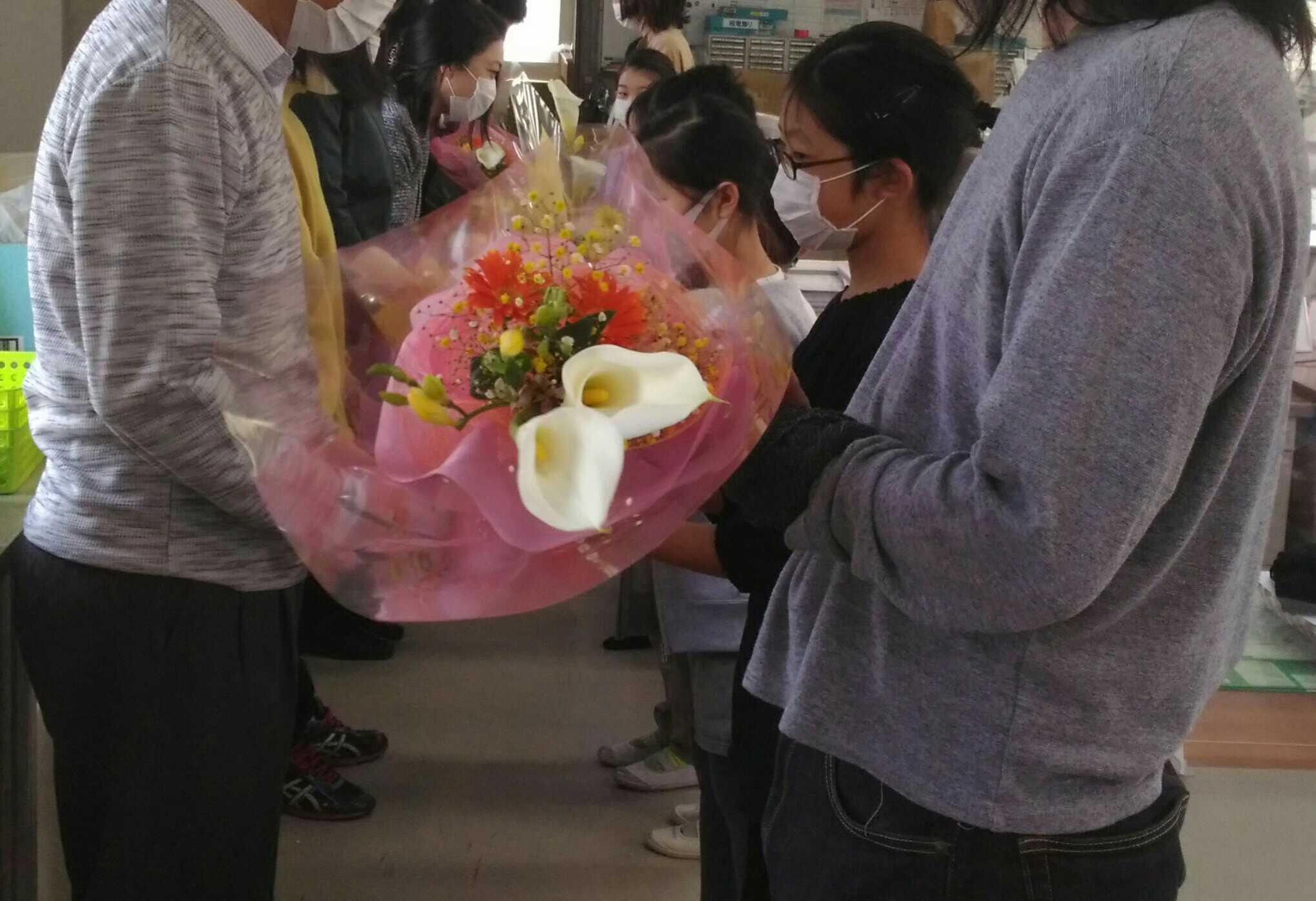 2021/3/31 離任される先生にお花を渡しました