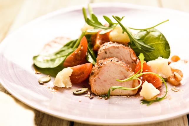 Ensalada de espinacas con pollo marinado y frutos secos