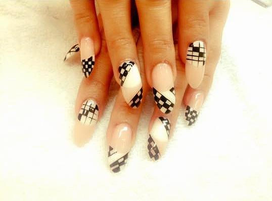 Nude Nägel mit schwarz-weiß Mustern