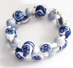 Spiralarmband mit blau weißen Fimoperlen