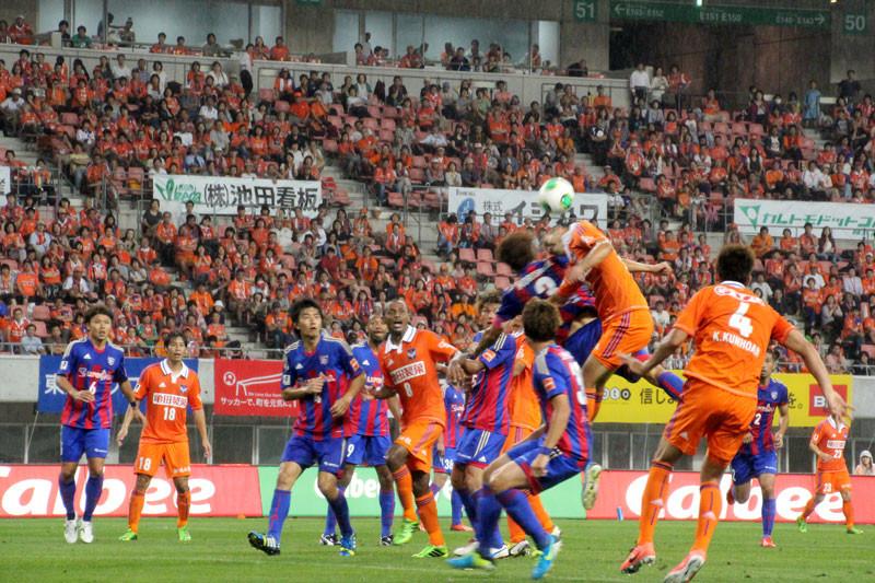 後半、FC東京ゴール前での空中戦