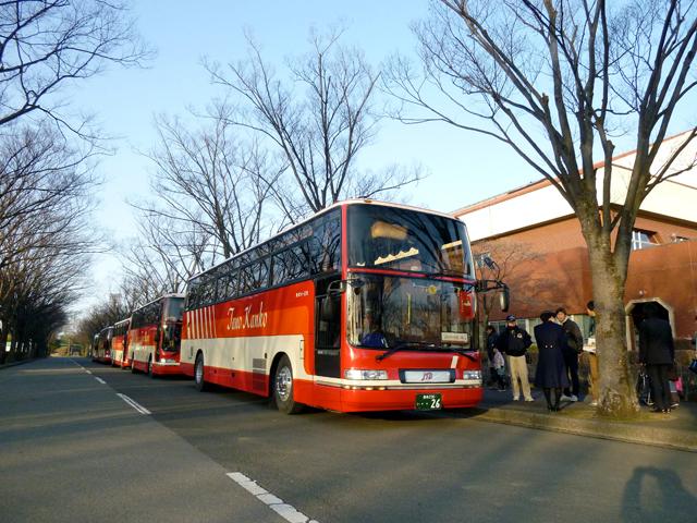 バス5台に分乗して太田市運動公園を出発