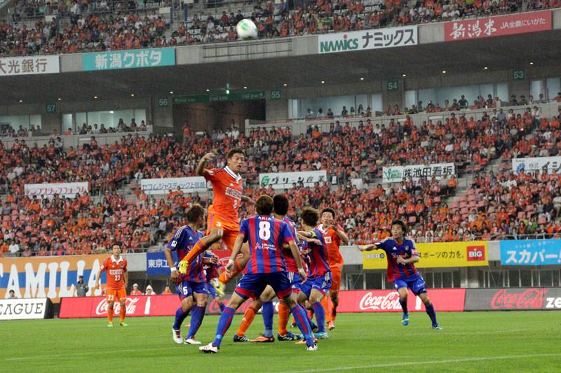 前半、FC東京ゴール前での空中戦