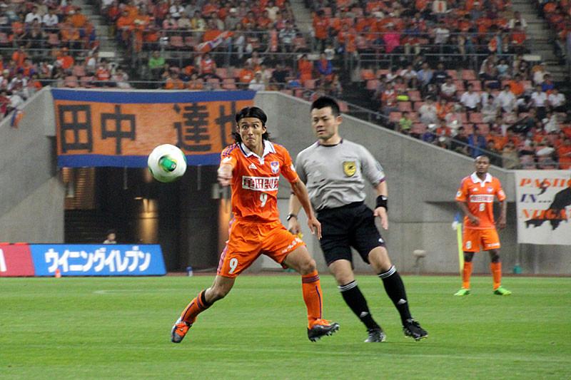 中盤でボールを受けるFW田中達也選手